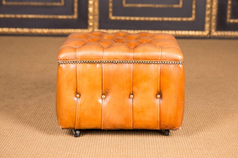 20th Century Original English Chesterfield Leather Stool In Good Condition For Sale In Berlin, DE