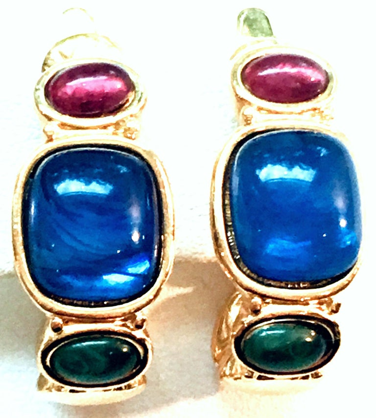20th Century Pair Of Gold Plate & Molded Glass Hoop Earrings By, Trifari In Good Condition For Sale In West Palm Beach, FL