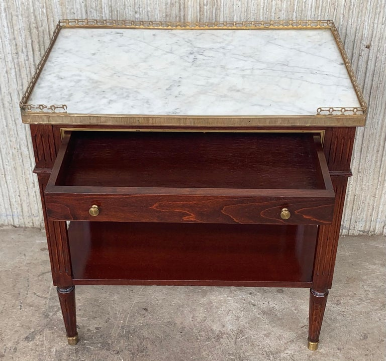 20th Century Pair of Louis XVI Style Marble-Top, Bronze and Walnut Nightstands In Good Condition For Sale In Miami, FL