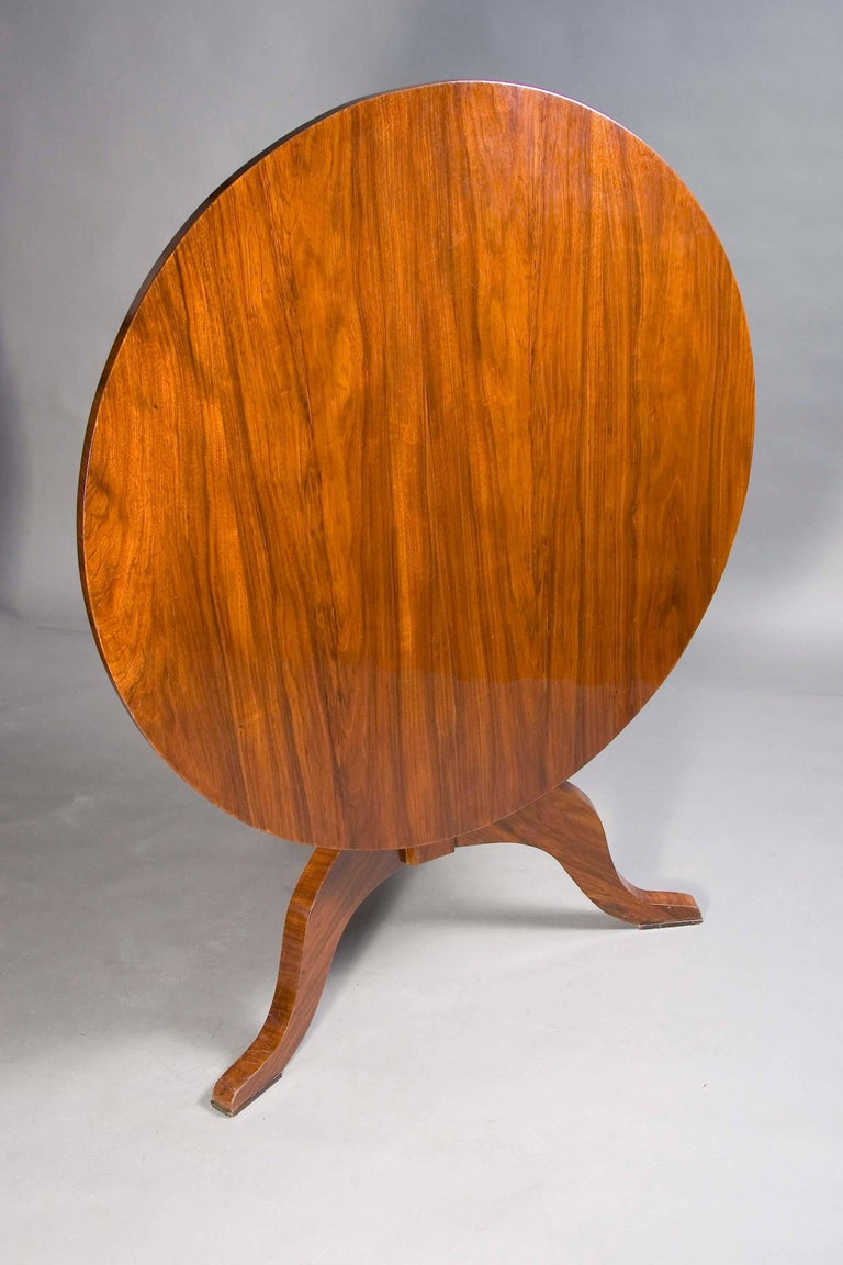 Mahogany on solid wood. Eightfold folded column shaft. Below that are three volute-shaped legs. Straight cheeks for round tabletop. A strict form of the early Biedermeier period. He is equipped with a folding mechanism. This table is very practical,
