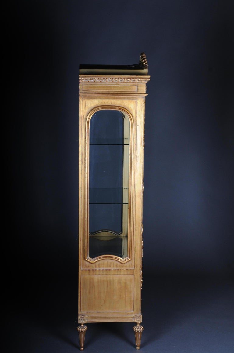20th Century Elegant French Showcase in Louis XVI Style For Sale 3