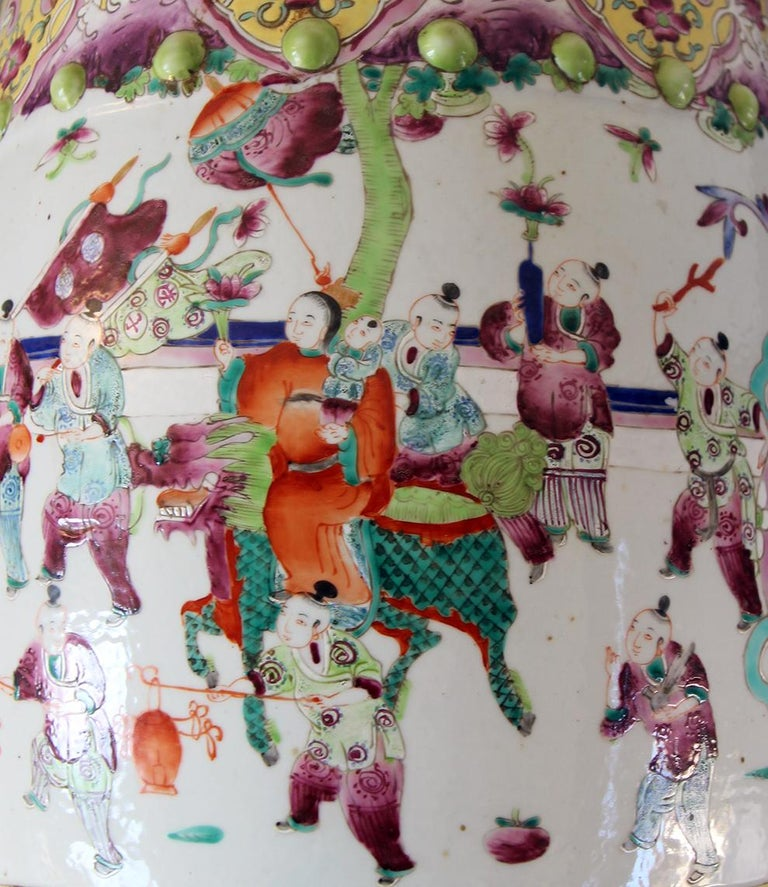 Garden seat in polychrome Chinese porcelain, figures with children playing, based on age and use. No defects or breakages.