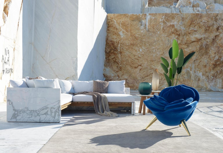 Bettogli sofa is made in Statuario marble, a rare quality of marble that is extracted from the Bettogli quarries in North Tuscany where it gets the name from.  From the quarry that is the symbol of Carrara comes an outdoor collection that enhances