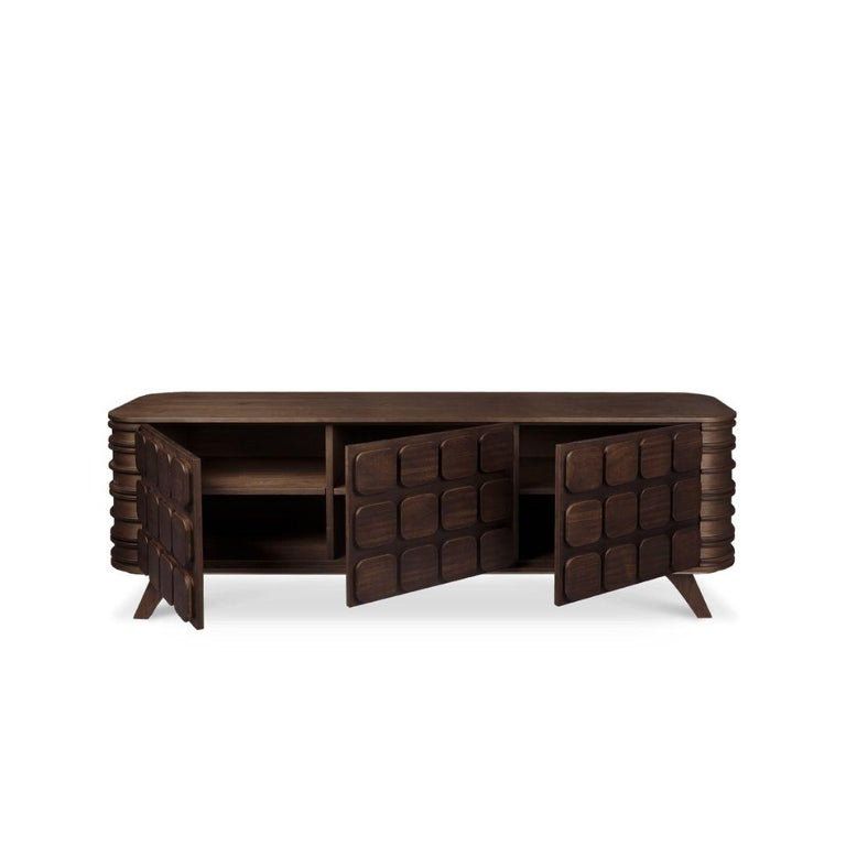 Wood Tailors club got inspired by the intense way of living linked to Cary Grant. The rich hardwood used to make this piece reflects all the grandiosity in the magnate's life since he seemed to have a famous and exclusive lifestyle. His father was a