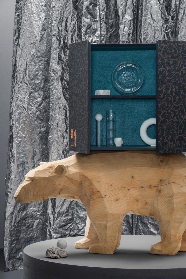 Polar Bear case  Polar Bear Case è un personaggio curioso ricavato da una porzione di tronco di Cedro. La sovrastante cassa da imballaggio è un eccentrico cabinet intarsiato ed internamente rivestito di legno Tabu Erable color turchese. Prodotto