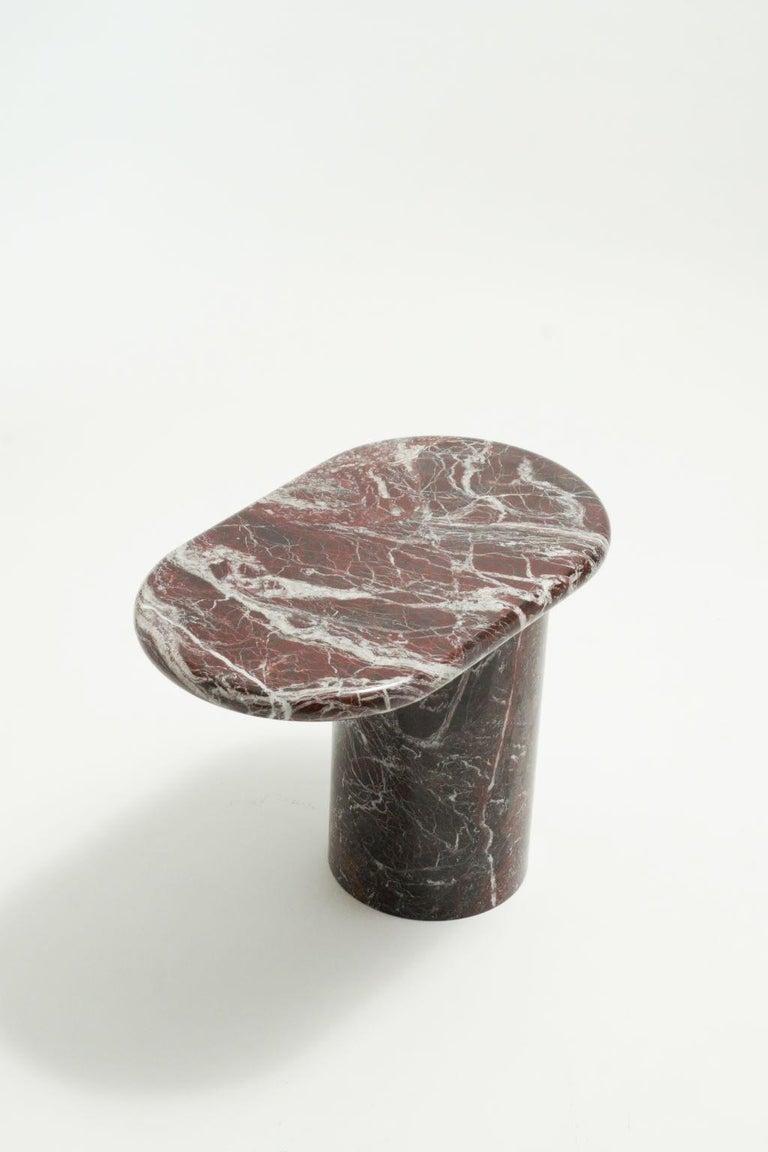 Cantilever's side table.   Cantilever è una collezione di tavolini caratterizzati dal loro sbilanciamento visivo creato  dal loro piano sporgente sorretto da una piccola base. Progettato in due versioni, un modello basso per la poltrona e un
