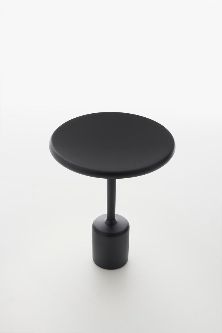 Tavolotto appears monolithic, almost as if it were made of a single block, though it is not. It is welded, then polished so perfectly that it tricks the eye. It plays with the idea of the circle, with the full radius, with softness.