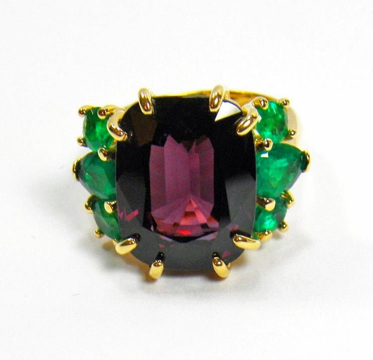Retro 22.03 Carat Certified Fine Spinel Colombian Emerald Ring 18K For Sale