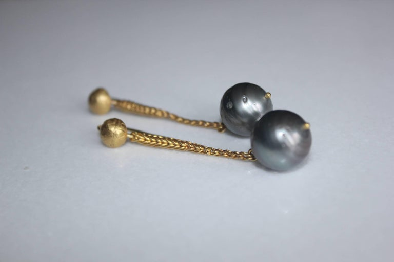 22 Karat Gold Tahitian Pearl Dangle Drop Earrings Contemporary Designer Jewelry In New Condition For Sale In New York, NY