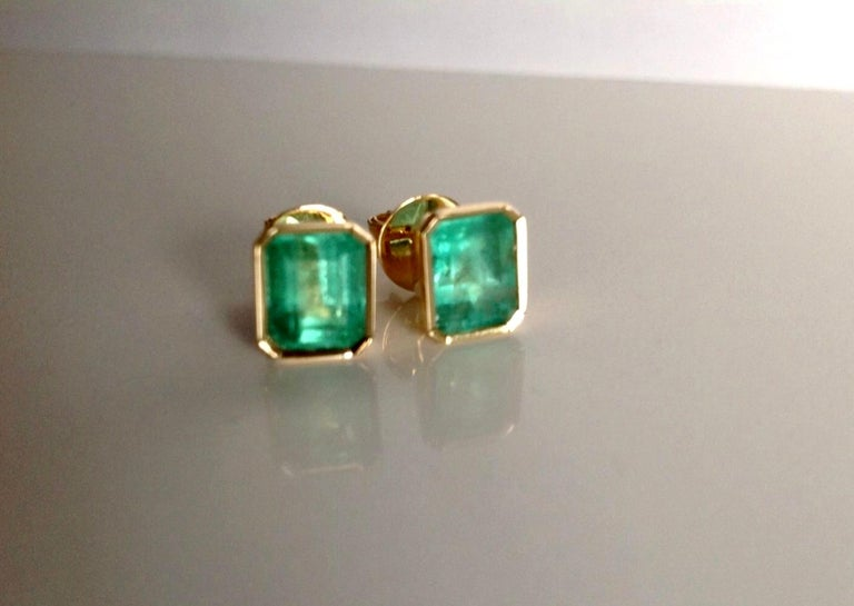 Women's or Men's 2.47 Carat Natural Colombian Emerald Stud Earrings 18 Karat Yellow Gold For Sale