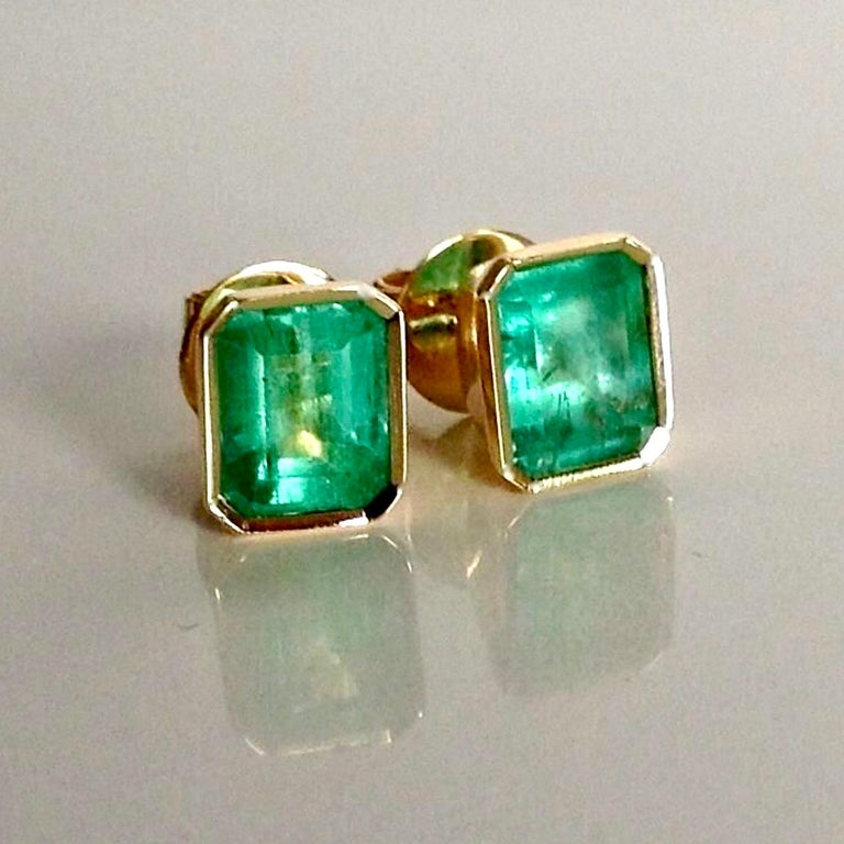 2.47 Carat Natural Colombian Emerald Stud Earrings 18 Karat Yellow Gold For Sale 1