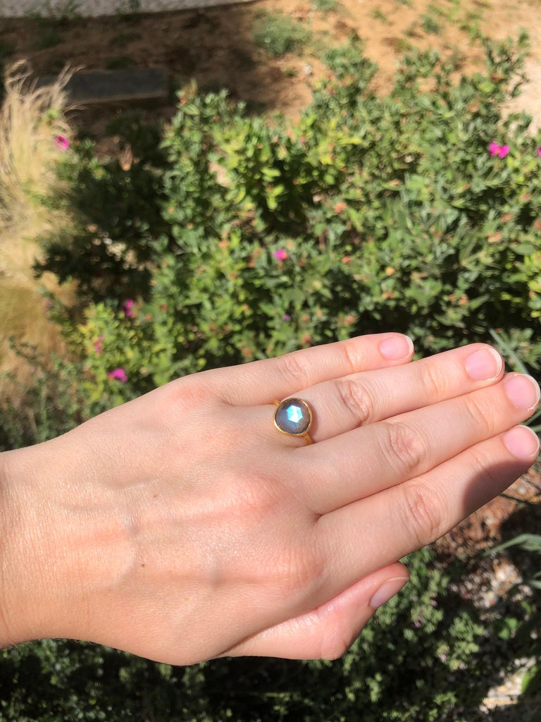 This simple ring by Scrives is composed of a high quality transparent labradorite of 2.48 cts. The labradorite is faceted as a rose cut. The stone is set in a 22kt closed gold setting. This labradorite is natural with a vibrant and strong blue hue.