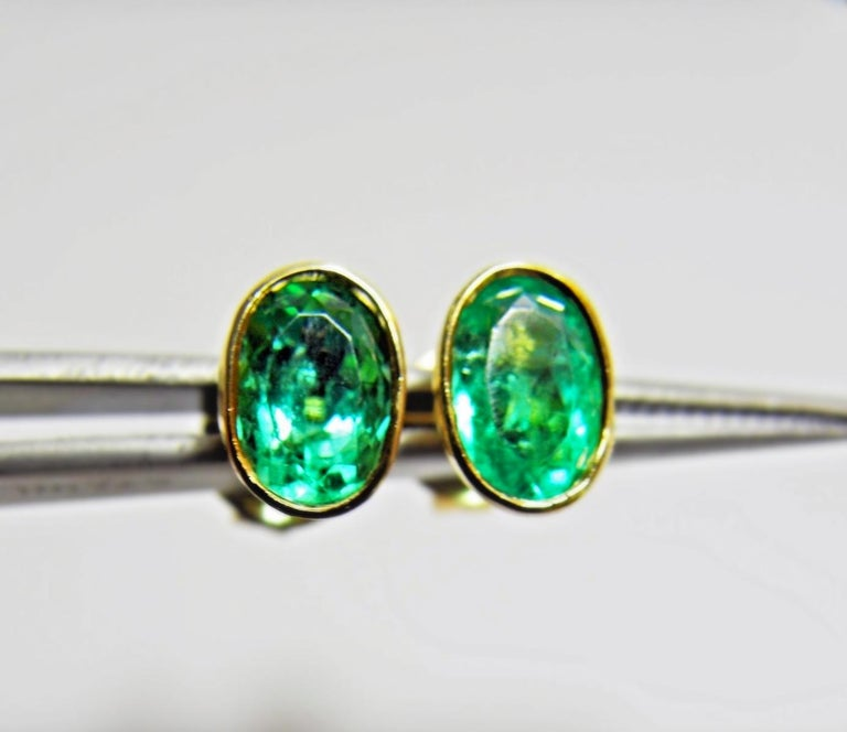 Contemporary 2.50 Carat Natural Colombian Emerald Oval Stud Earrings 18 Karat Yellow Gold For Sale