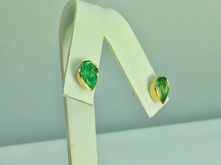 Pear Cut Natural Colombian Emerald Medium Green/ Clarity VS Total Weight Approx.2.50 Carats Stud Earrings  Total Earrings Weight: 2.5g Primary Stones: 100% Natural Colombian Emerald Style: Bezel Set 18K Yellow Gold/ Push Backs Condition: