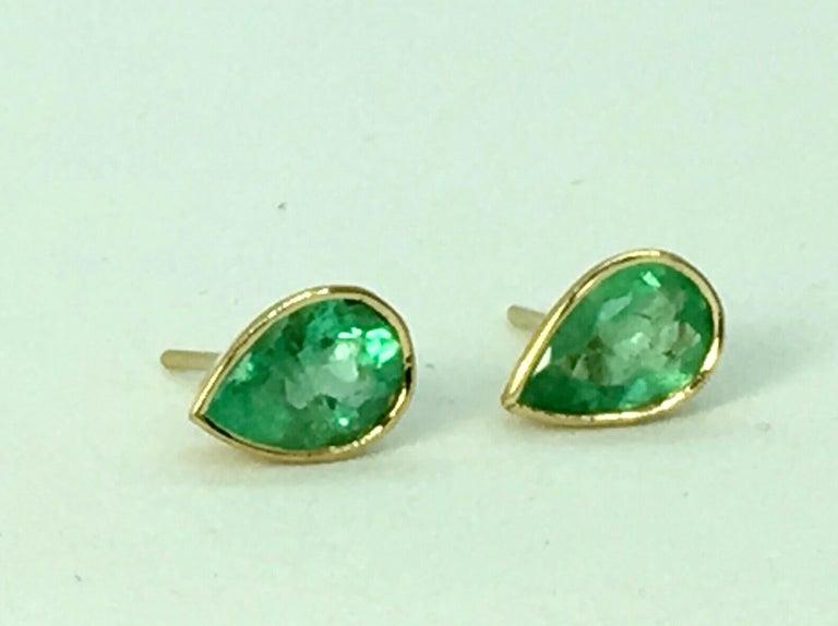Modern 2.50 Carat Pear Cut Colombian Emerald Stud Earrings 18 Karat Yellow Gold For Sale