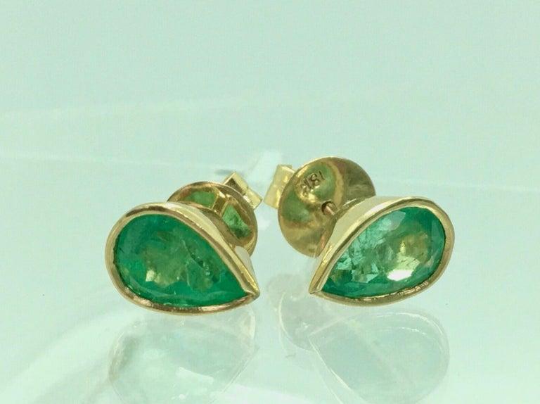 2.50 Carat Pear Cut Colombian Emerald Stud Earrings 18 Karat Yellow Gold For Sale 1
