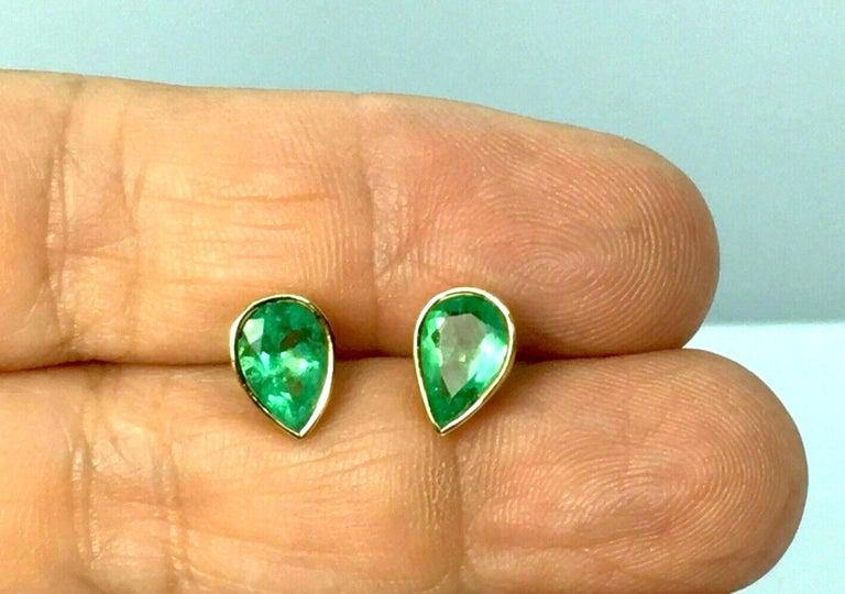 Women's 2.50 Carat Pear Cut Colombian Emerald Stud Earrings 18 Karat Yellow Gold For Sale