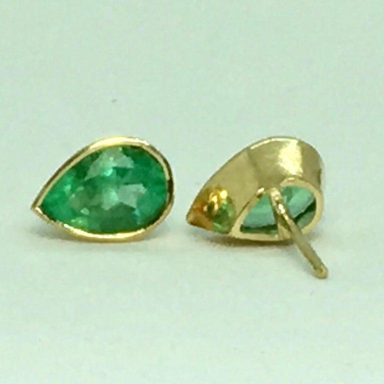 2.50 Carat Pear Cut Colombian Emerald Stud Earrings 18 Karat Yellow Gold For Sale 2