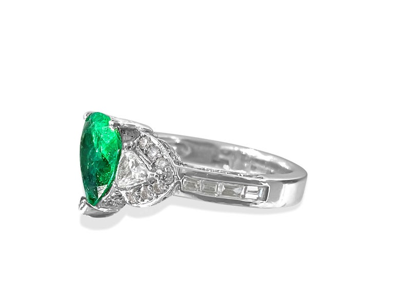 Contemporary 2.50 Colombian Emerald Diamond Cocktail Ring 18 Karat White Gold For Sale
