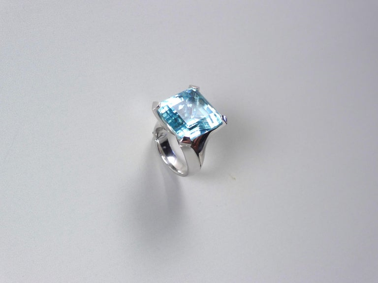 CRYSTAL SKY is my name. This impressive ring from TRUSTED GREEN shows off a nearly perfect squarish 25.02 carat step-cut aquamarine of a transparent lively intense blue. If a beryllium cristal is dotted by iron instead of vanadium, it gets a blue