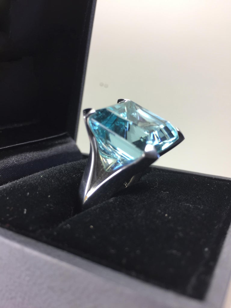 Contemporary 25.02 Carat Natural Aquamarine Solitaire White Gold Cocktail Ring For Sale