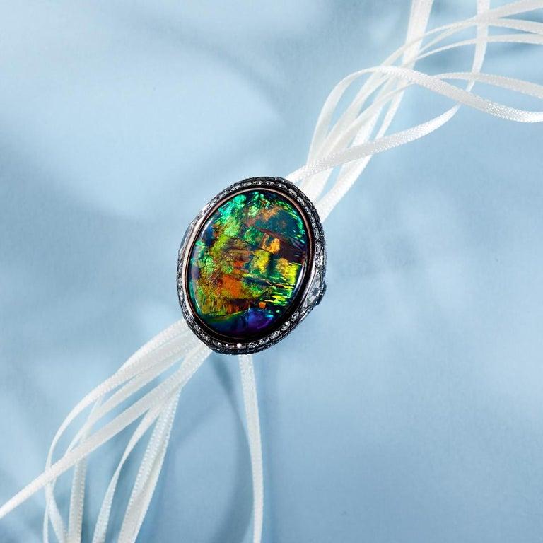 Women's or Men's 25.10 Carat Lightning Ridge Black Opal 0.97 Carat Blue Sapphires Diamond Ring For Sale