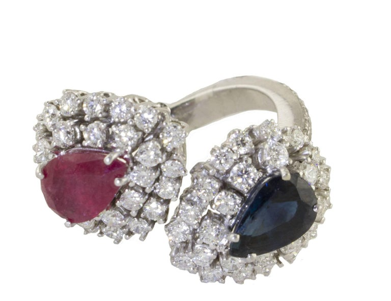 Very elegant and important ring, in 18 kt white gold, from a designe to contrarié, on one side a fantastic ruby stone and on the other, a sapphire stone, from ct 4.00, all embellished with diamonds from ct 2.59 that give a beautiful light . Total