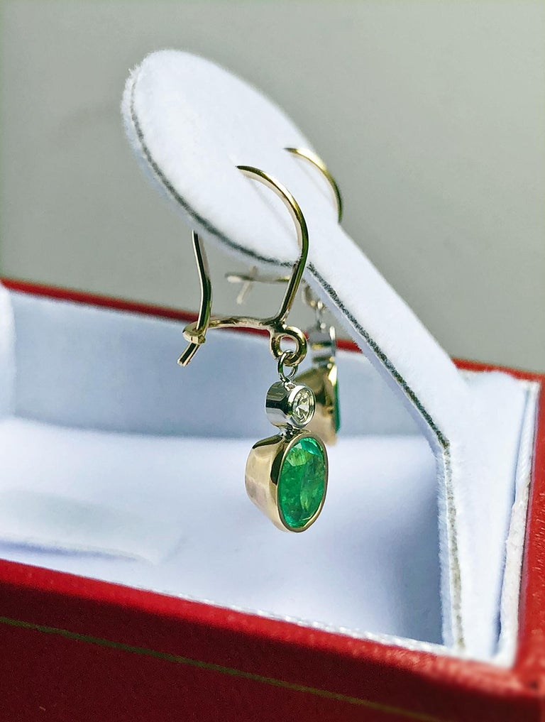 2.60 Carat Natural Colombian Emerald Diamond Dangle Earrings 18 Karat Gold In New Condition For Sale In Brunswick, ME
