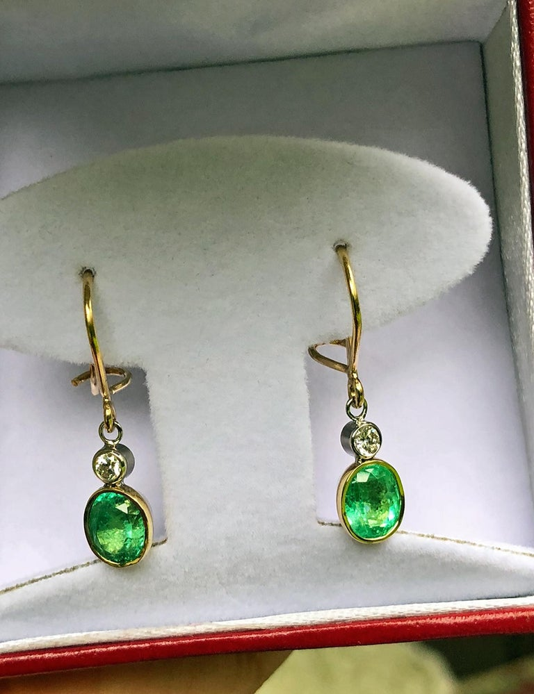 2.60 Carat Natural Colombian Emerald Diamond Dangle Earrings 18 Karat Gold For Sale 1