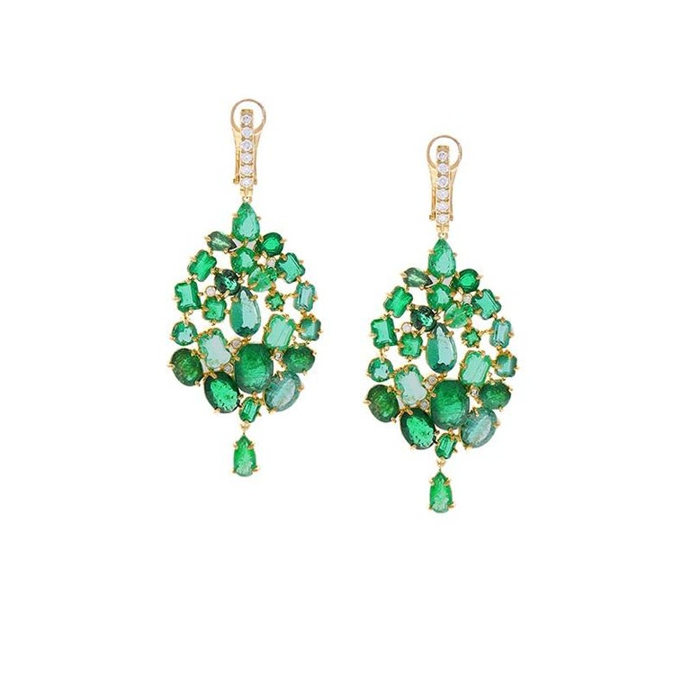 Contemporary 26.00 Carat Mixed Emerald and Diamond Dangle Earring 18 Karat Yellow Gold For Sale
