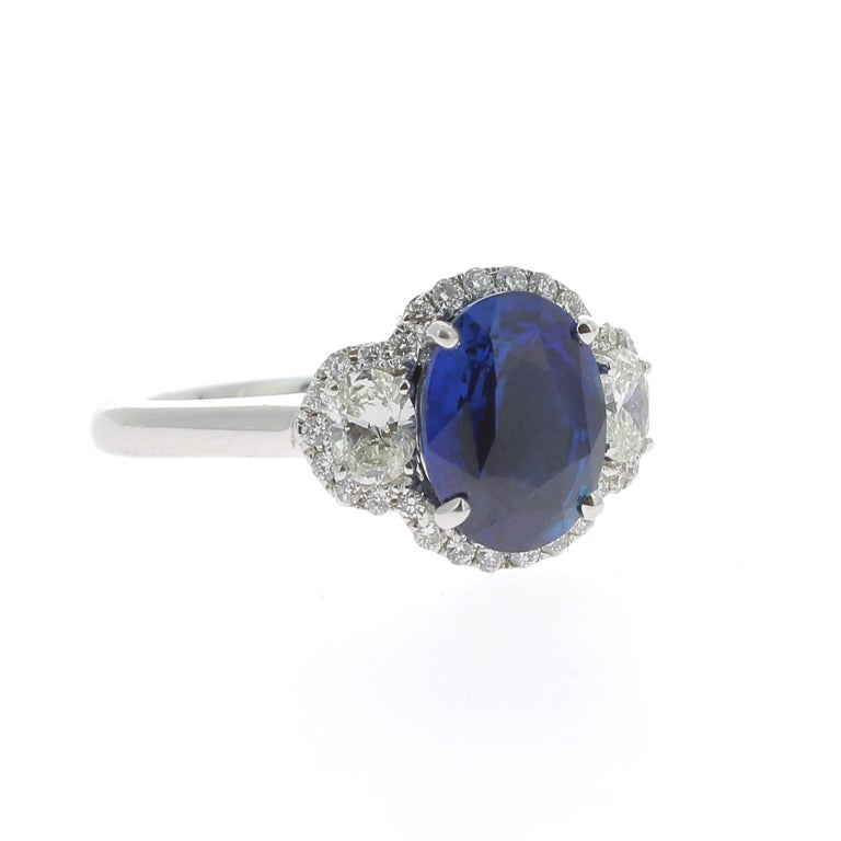 Contemporary 2.77 Carat Blue Sapphire Cocktail Ring Set with Oval and Round White Diamond 18K For Sale