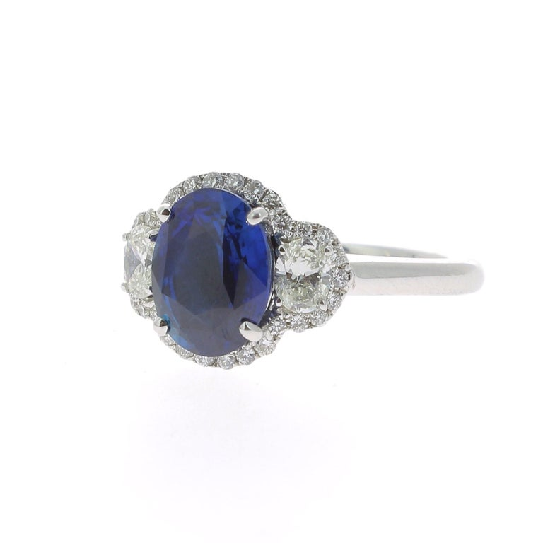 2.77 Carat Blue Sapphire Cocktail Ring Set with Oval and Round White Diamond 18K In New Condition For Sale In paris, FR