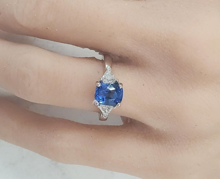 2.90 Carat Cushion Cut Blue Sapphire and Diamond Cocktail Ring in 18 Karat Gold In New Condition For Sale In Chicago, IL