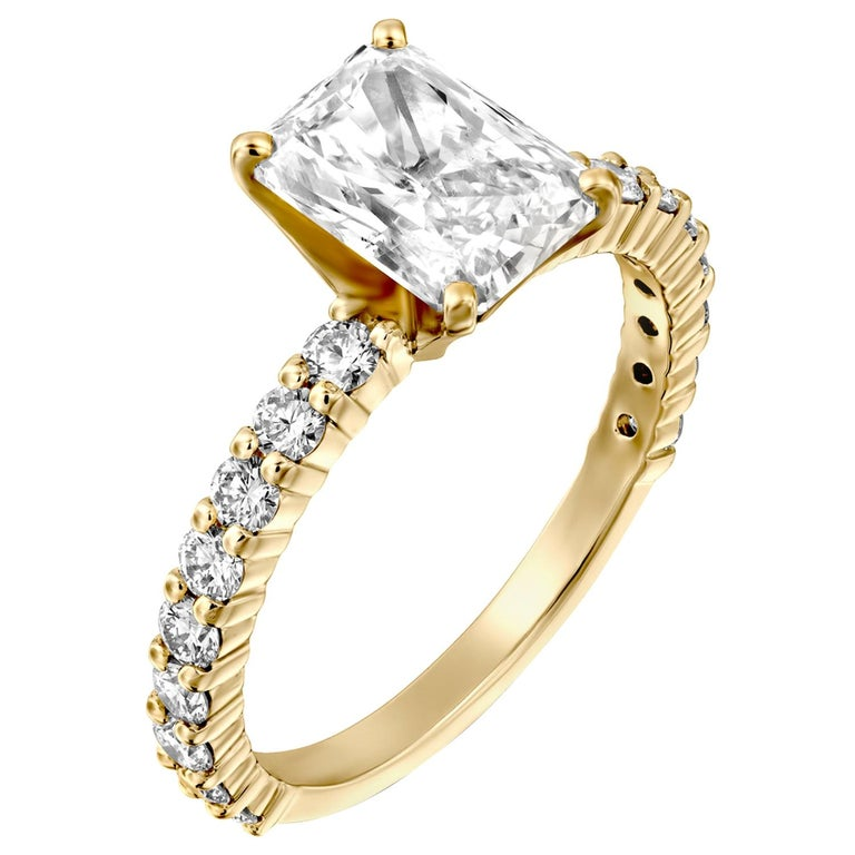 2.90 Carat Radiant Cut Diamond Ring, 18 Karat Yellow Gold Classic Ring For Sale