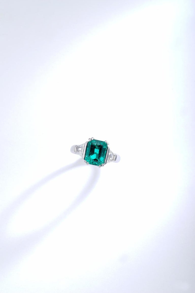 Stunning Emerald of a very very good quality. Colombian and Minor oil. The color and clarity are almost perfect. The mounting is in platinum and French. Elegant with two diamonds on each side (approximately 1.00 carat total).  The Emerald is