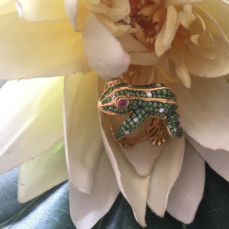 Contemporary 3 Carat Tsavorite Diamonds Ruby 18 Karat Yellow Gold Frog Ring For Sale