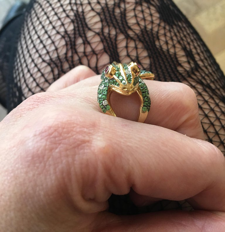 3 Carat Tsavorite Diamonds Ruby 18 Karat Yellow Gold Frog Ring In New Condition For Sale In Paris, FR