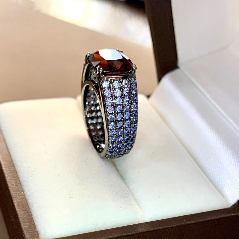 3 Carat Vivid Red Spinel Ring with Blue Sapphires 18 Karat Gold In New Condition For Sale In Yerevan, AM