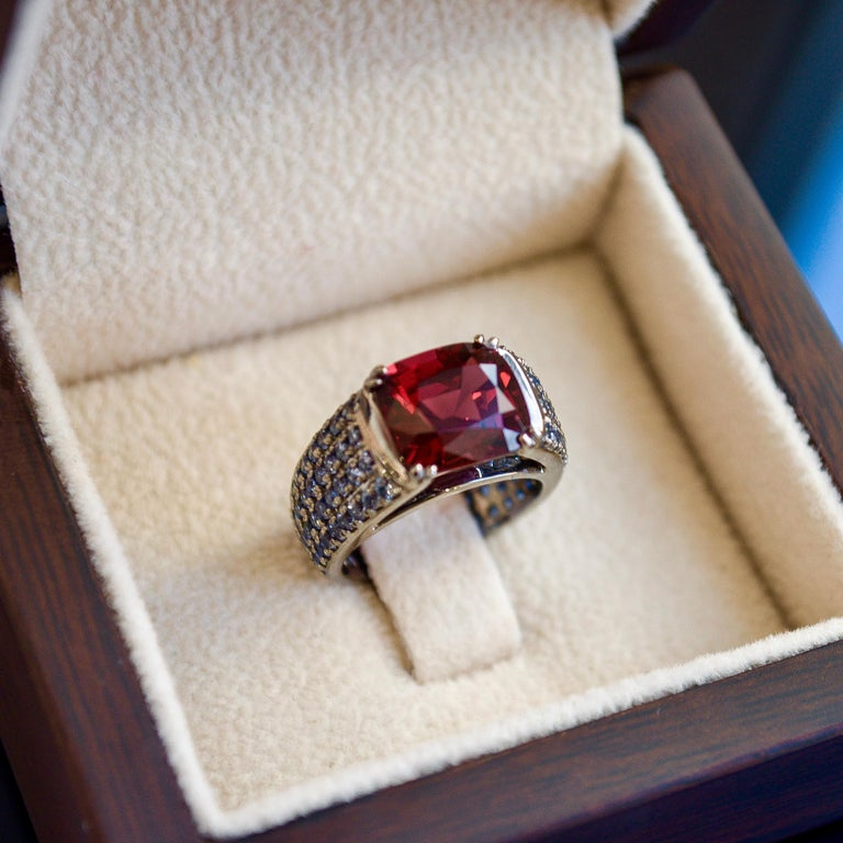 3 Carat Vivid Red Spinel Ring with Blue Sapphires 18 Karat Gold For Sale 1