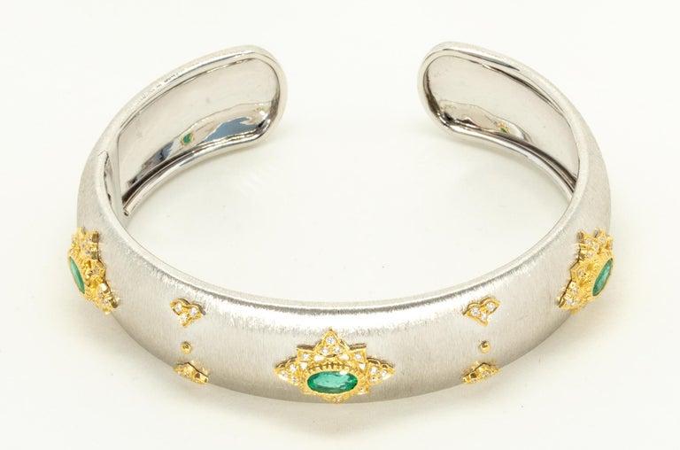 3 Oval Emeralds Diamonds 18 Karat White Yellow Gold Bangle in Florentine Finish For Sale 4