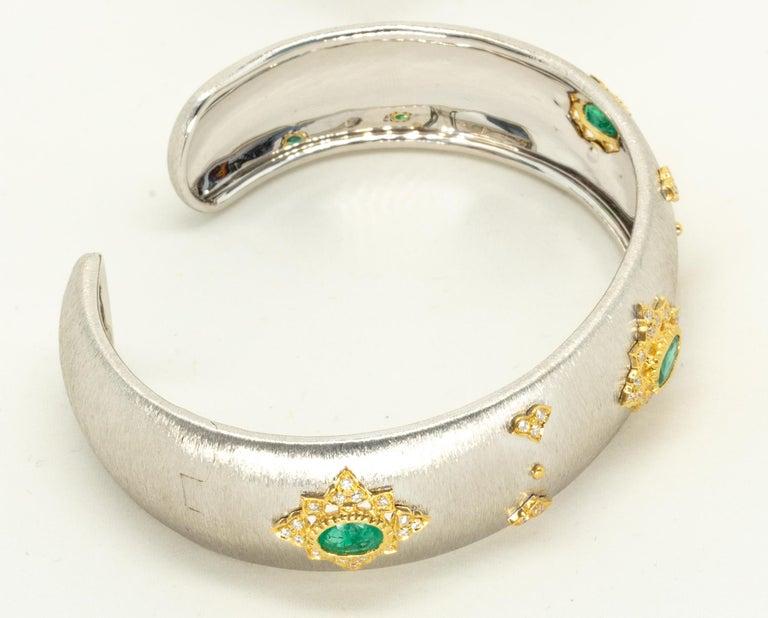 3 Oval Emeralds Diamonds 18 Karat White Yellow Gold Bangle in Florentine Finish For Sale 5