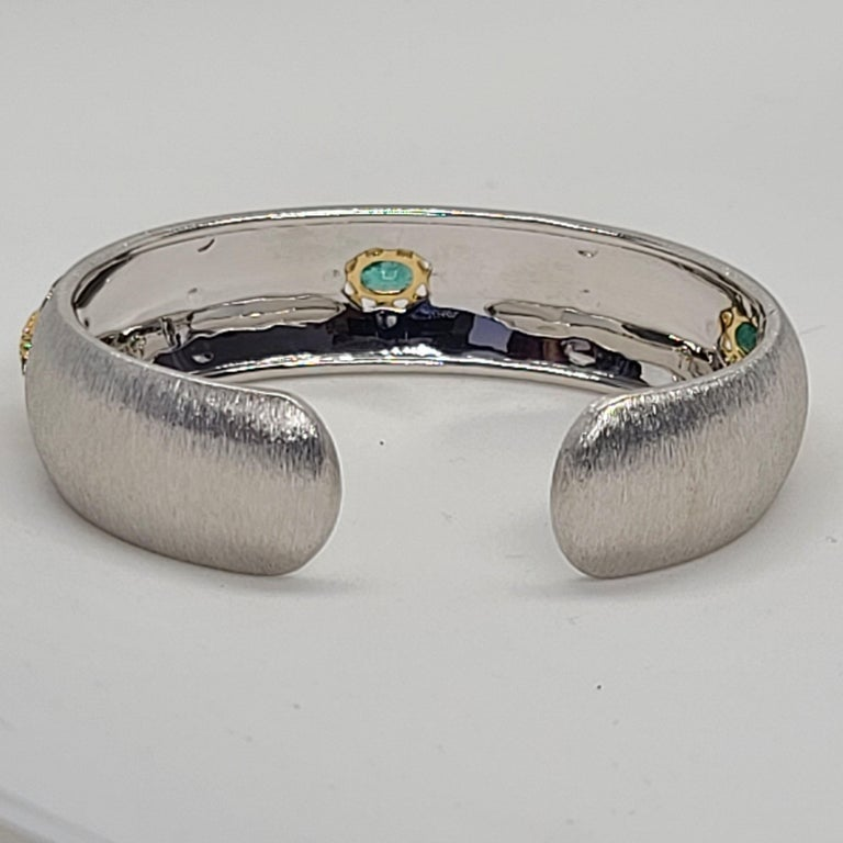 3 Oval Emeralds Diamonds 18 Karat White Yellow Gold Bangle in Florentine Finish In New Condition For Sale In Hong Kong, HK