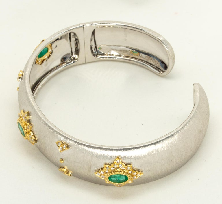 3 Oval Emeralds Diamonds 18 Karat White Yellow Gold Bangle in Florentine Finish For Sale 3
