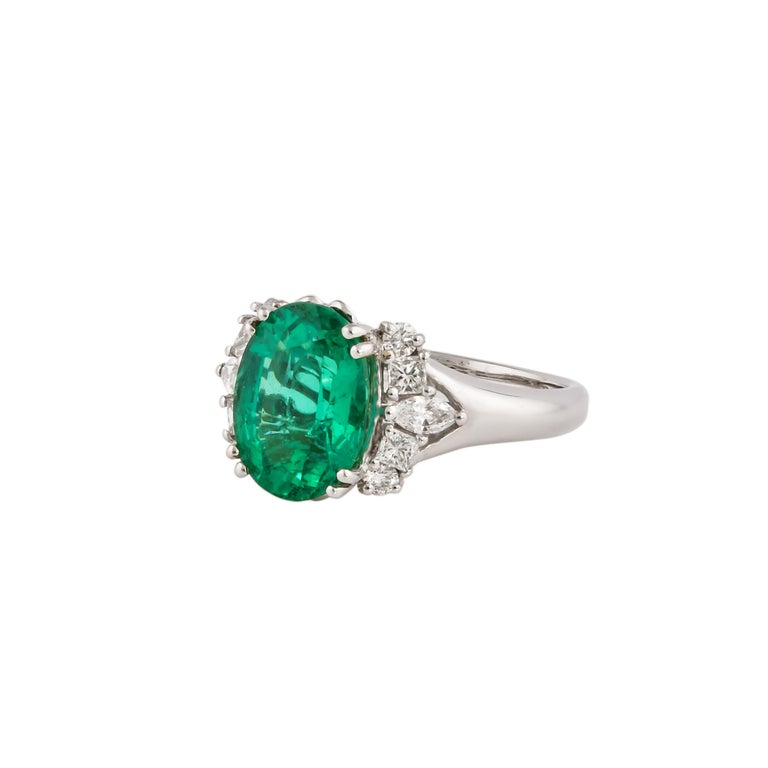 Contemporary 3.1 Carat Zambian Emerald and White Diamond Ring in 18 Karat White Gold For Sale