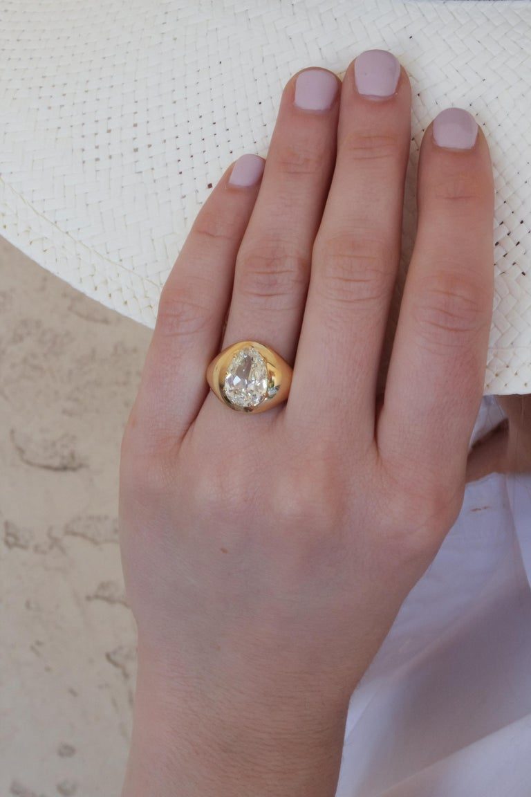 3.32 Carat M/VS2 GIA Certified Pear Shaped Diamond Set in an 18 Karat Gold Ring In New Condition In Los Angeles, CA