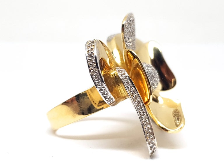Contemporary 3.40 Carat Yellow White Gold Diamond Flower Ring For Sale