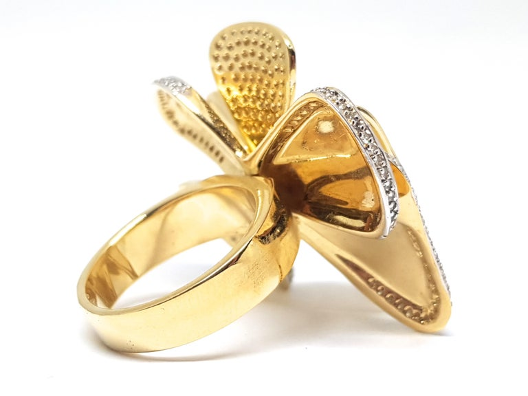 3.40 Carat Yellow White Gold Diamond Flower Ring In New Condition For Sale In Antwerp, BE