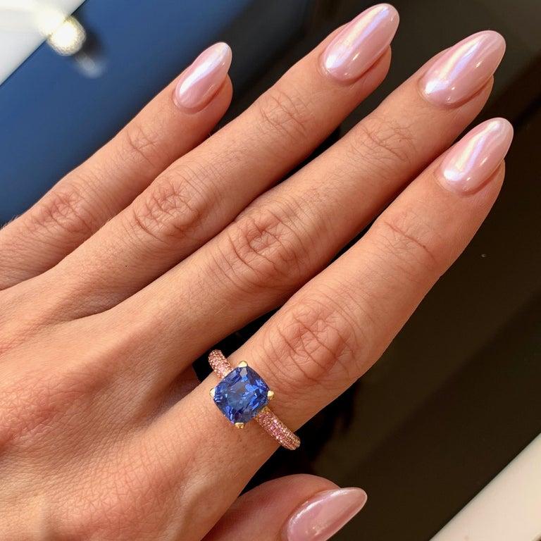 Modern 3.5 Carat Natural Cornflower Blue Sapphire Pink Sapphires 18 Karat Gold Ring For Sale