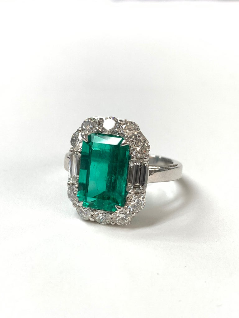 Contemporary 3.63 Carat Columbian Emerald and Diamond Ring in 18K White Gold For Sale