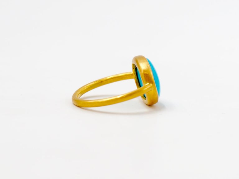 Contemporary 3.65 Carats Turquoise Cabochon 22 Karat Gold Ring For Sale